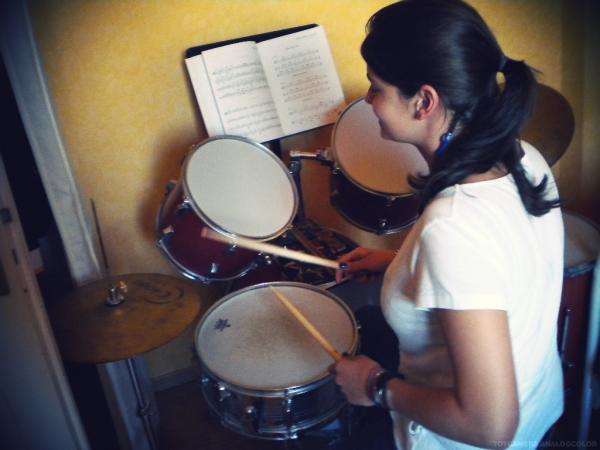 Charly joue de la batterie / Pièce musicale.