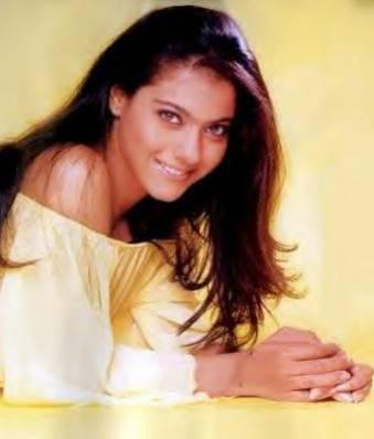 """reity : Voila mon plan consite à ... faire en sorte qu' elle porte le chapeau, et il faudra la suivre PARTOUT ! Rani : Mais Comment ? Kajol : Je m' en charge ! Preity : Bonne idée chaqu' un aura une tache, comme tu t' es deja proposer Kajol, c'est toi qui la suivra. Rani et moi allons lui tendre des pieges et si on a besoin que SRK fasse qu' elle que chose on demandra à Saif, Rani et Hritikh de lui demmander de le faire. Kajol : Mais sans lui dire la veritable raison ! Preity : PARFAIT !  1er jour :  ( Kajol suit Aish. Aish arrive dans un centre commercial. Kajol et ses amies se parlent avec un talky walky Kajol leur raconte tout à voix basse) (PS : Les filles sont dans la cabane des Tigers )  Kajol ( au talky walky ) : Elle est dans un magasin de chaussures tu crois qu' elle fait quoi ? Rani : Ben... elle s' achette des nouvelles chaussures... Kajol : Pas faux ! Preity : Et ... Kajol : Et... elle en a pri des roses avec des talons !! Preity et Rani : BEURK !!!! Kajol : Quel gout féminin !!!!! Preity et Rani : CHHUUUUUT !!!!!  ( Aish entendit la voix de Kajol et se retourna tout de suite Kajol se leva brutalement )  Kajol (stréssé) : Euh... euh... a ba les voila ! hi hi Aish (s' approcha étonnée ) : Ka... Kajol ? TOI dans un magasin comme ça, mais qu' est-ce que tu fais la ? Kajol : Je... je... je cherche une... une... une SOURIS ! Aish ( sauta en hurlant ) : UNE SOURIS HAAAAA !! Ou ... ou ça ?! Kajol : Je l' avais attrapé mais je sais plus ou elle est hi hi ! Aish ( lui fait la bise et s'en va) : Désolé mais j' ai très peur des souris ! Kajol (éffaça sa """" bise """" ET DIT A VOIX TRES BASSE ) : Beurk ! J' ai jammais fait la bise à personne ! C' est pas toi qui va m' obliger !! Pffffff...  ( Kajol rentra chez elle et nota ça sur une feuille : )  à partir de maintenant je note tout çe que fait Aish...  Coline, et chaussur co , c'est dans ce magasin que j' ai suivi Aish aujourd' hui.  ( Kajol partit )  Kajol : C' est bon pour ma misson ! Et vous les filles vous avez fait """