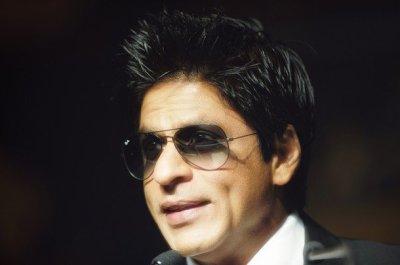 Pour Shah Rukh Khan présentait l'acteur Sachiin J Joshi du fil d'Aazaan la nuit récompenses d'IIFA peu d'heures en arrière, un ventilateur marche vers le haut sur l'étape, et tient littéralement SRK par ses pieds, alors que SRK continué le parler en faveur pour ne pas toucher ses pieds pendant qu'il est blessé, mais le ventilateur ne partirait pas ! Boman, Sachiin et Riteish sont venus pour sauver, et finalement SRK a promis de rencontrer le ventilateur à l'arrière plan ! Tellement ennuis pour le Roi Khan même sur l'étape ! Car il est il y avait 3 cas sérieux des filles s'évanouissant tout en ayant un aperçu de SRK sur le « Vert-Carpe
