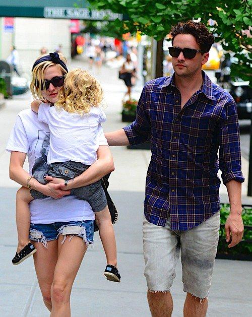 Ashley Simpson avec son fils Bronx et son petit ami