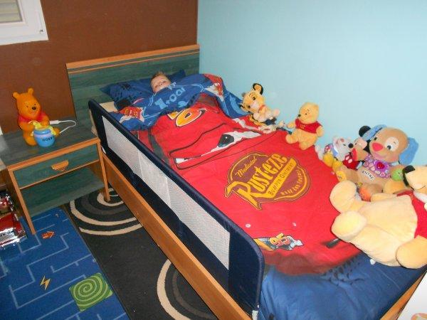 Dans son lit d'enfant