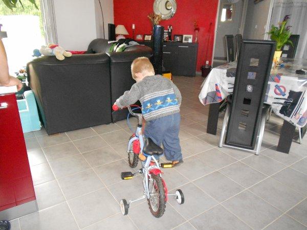 Nolann fait du vélo