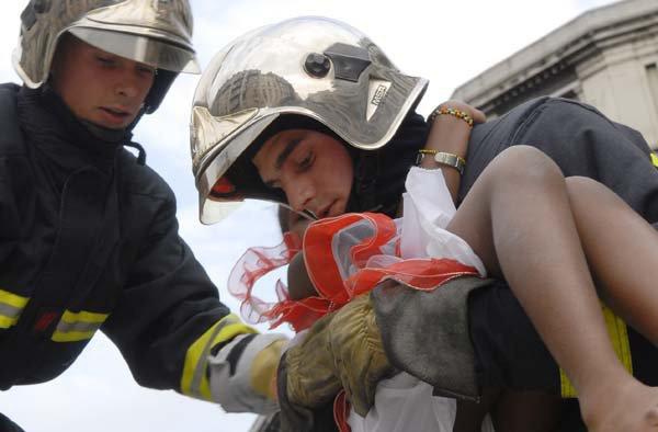 enfant sauver des flammes par 2 pompiers