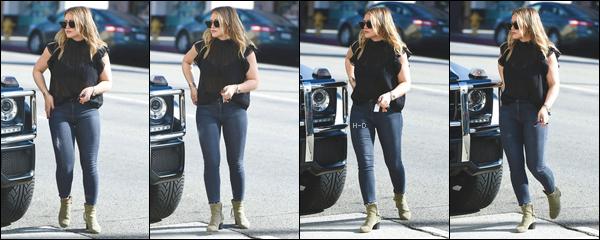 17.11.17  - Hilary Duff a été vue se promenant dans les rues de Los Angeles avec ses lunettes de soleil.