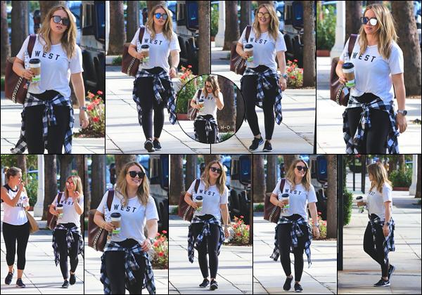 17.11.17  - Hilary Duff, boisson à la main, a été vue arrivant à la salle de gym avec une amie à Studio City.