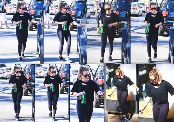 14.11.17  - Hilary Duff et sa boisson ont été vues, encore une fois, quittant la salle de sport à Studio City.