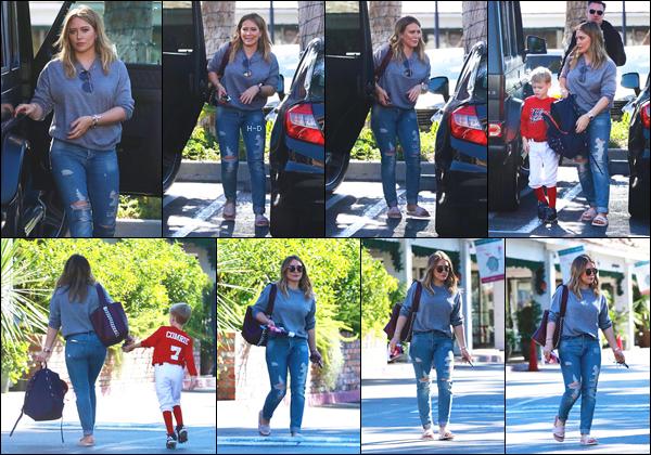 18.11.17  - Hilary Duff a été aperçue avec son fils Luca se baladant dans les rues de Beverly Hills.