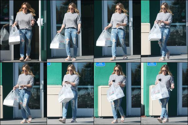 18.11.17  - Hilary Duff a été vue sortant de l'épicerie Krispy Kreme avec un sac à la main à Beverly Hills.