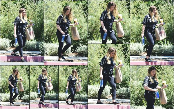 - 10.06.18 ─ Notre Hilary Duff est aperçue alors qu'elle venait de faire des courses au « Ralphs » dans Beverly Hills.[/s#00000ize]Hilary profite du beau temps pour aller faire quelques courses, avec une boisson glaçé à la main ! Tenue très sombre pour Hil, j'aime un peu moins.. Flop -