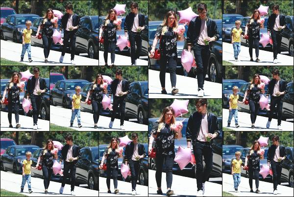 - 10.06.18 ─ Notre Hilary D. est aperçue en compagnie de Matthew et Luca, allant à la fête de l'école à Los Angeles.[/s#00000ize]Hilary Duff est donc une seconde fois aperçue ce jour là, pour notre plus grand plaisir, et cette fois ci aux côtés de Matthew et son fils, Luca ! Un petit flop  -