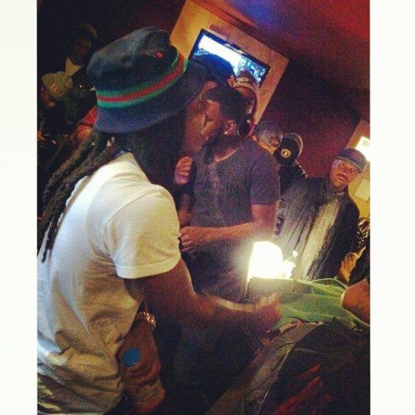 24 Janvier 2014: Jacquees faisait écoutez des morceaux de son album à des proches, et des amis