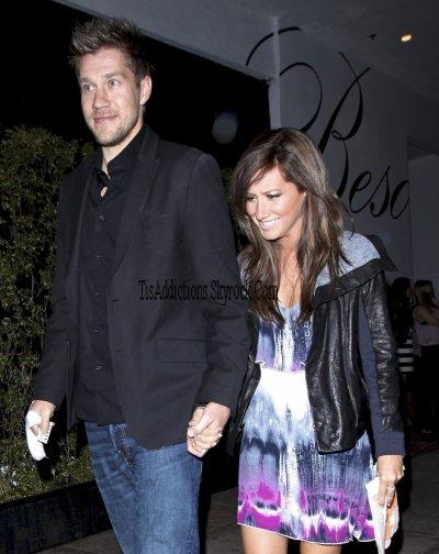 Ashley et son petit ami Scott Speer sortant d'un restaurant