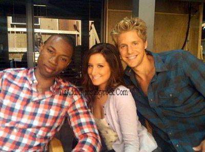 Twitpic d'Ashley avec Robbie et Matt sur le tournage de la série Hellcats