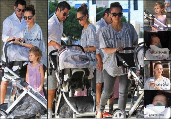 8/10 - La petite famille allant dejeuner dans un restaurant .