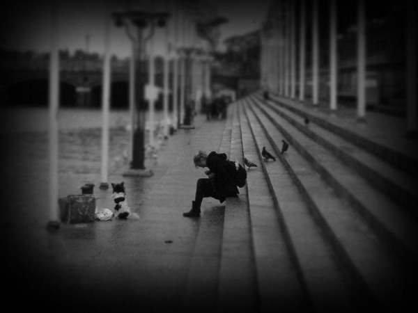 -Regarde Maman, pourquoi elle est dans la rue la dame ? -Parce qu'on vit dans un monde d'égoïste ma chérie.