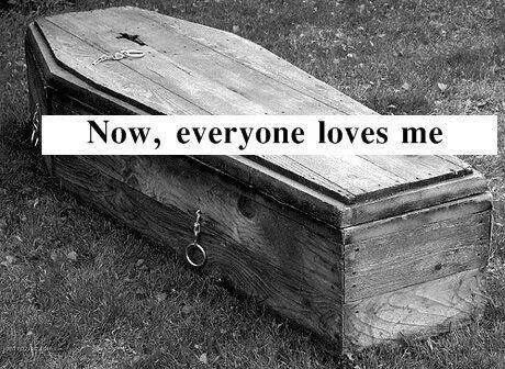 Vivante elle n'était rien, morte elle était si parfaite.