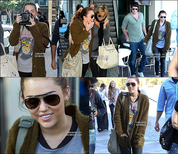 *22/06/11 : Miley, Liam et sa mère déjeunaient hier à Brisbane.  22/06/11 : Miley prenait également un Jet Privé ce même jour.   *