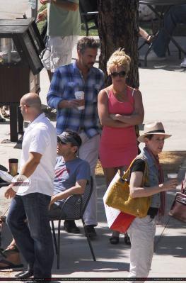17-07 - Britney et Jason font du shopping à Santa Monica