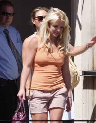 20-07 - Britney fait du shopping chez Crate & Barrel à Sherman Oaks