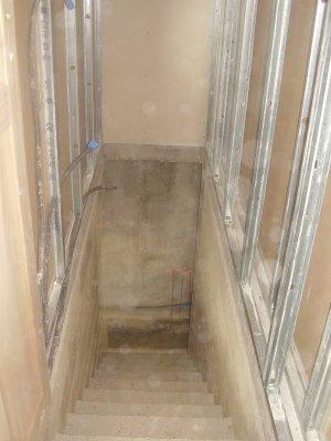la descente d 39 escalier pour le sous sol nous et nos familles. Black Bedroom Furniture Sets. Home Design Ideas