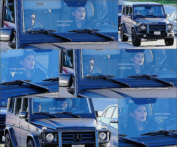 """"""" 16 / 01 / 15 : Kylie à été vue entrain de conduire en compagnie de Tyga à Calabasas. """""""