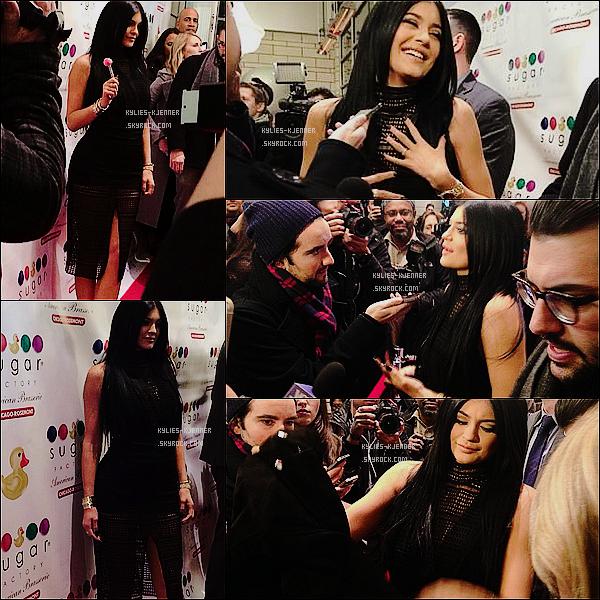""""""" 23 / 01 / 15 : De toute beauté, Kylie à assistée à l'ouverture de la """"Sugar Factory"""" à Chicago. """""""