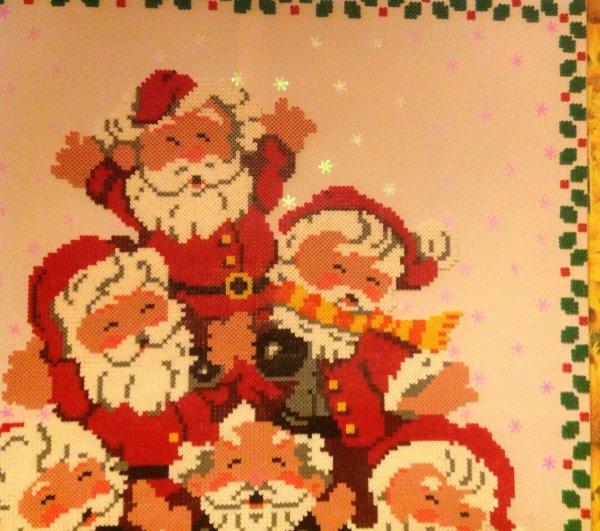 Tableau des 6 péres Noël avec le cadrement de houx et des flocons de neige Finie.trés contente du résultat .mercie a mon homme pour Son aide et mercie a ma grande soeur pour les flocons de neige .