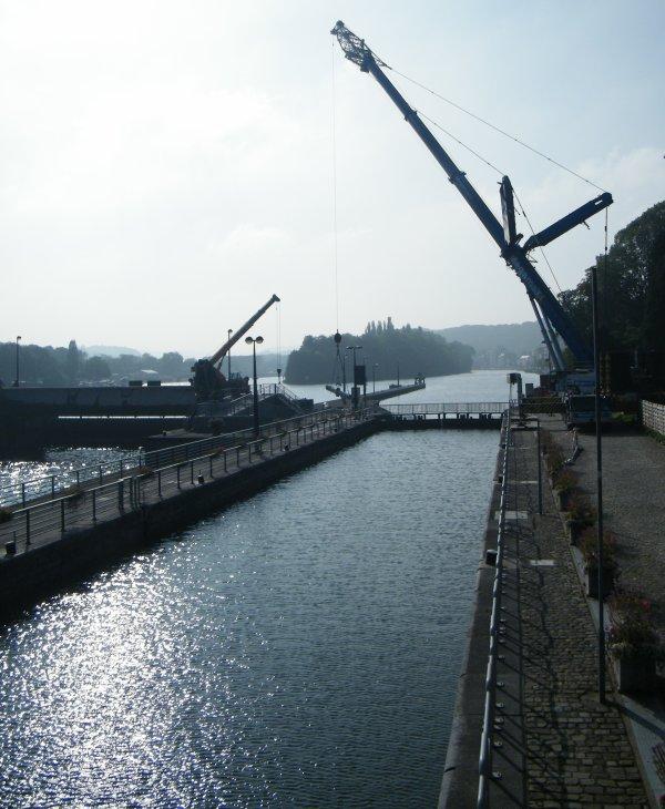 LA PLANTE - MEGAMAX et la LIEBHERR LTM1400/7.1 de 400 Tonnes pour le déplacement des vérins entre le pertuis 4 du barrage et la rive gauche de l'écluse.