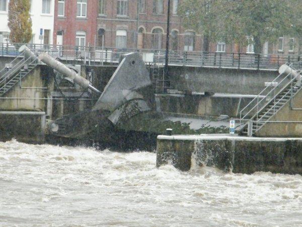 """Jambes - Aval barrage de La Plante - Opération sauvetage de ponton """"De Graeve"""""""