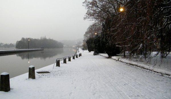 Namur sous un léger tapis blanc, ce 30 novembre 2010.