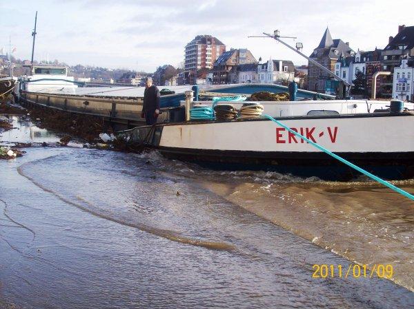 """""""ERIK-V""""  - GT.1255 - 85,00m. 8,20m amarré Quai des Chasseur Ardennais à Namur lors de la crue de Janvier 2011."""