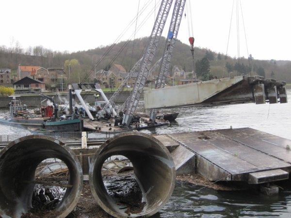 HUN (Yvoir) Opération de renflouage de la 1ère centrale hydroélectrique amovible de la Haute Meuse, à l'essai depuis mars 2010.