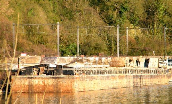 HUN - Convoi pour l'évacuation des éléments découpés de la centrale hydroélectrique amovible qui c'est échouée en janvier 2011.