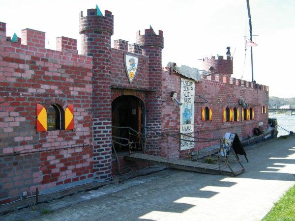 VLOTBURG (NL) Alkmaar (Lenny Vries)  49,95m. 6,60m.  Découvrez le château-péniche et son Chevalier Lenny