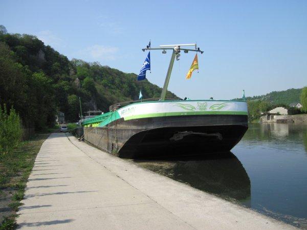 ANHEE - HELLBOY (B) Namur - GT.1291 - 80,00m. 9,00m. en attente à son port de chargement.
