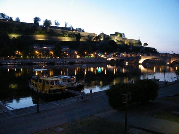 Namur - Douce ambiance nocturne sur le port de plaisance et la citadelle.