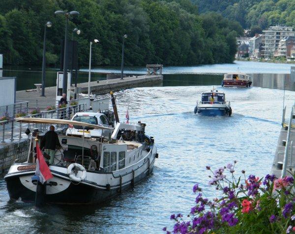 La Plante , le dimanche 3 juillet 2011, échantillon du trafic fluvial à l'entrée de la Haute Meuse.