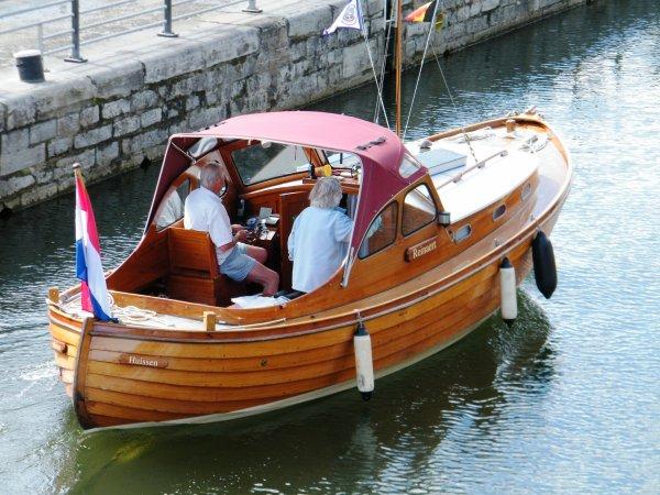 Les écluses de la Haute Meuse sont ouvertes le dimanche de 9h00 à 19h30, pour la plaisance et les bateaux de transport de passagers (le repos dominical est toujours imposé à l'amont de Namur, aux bateaux de commerce)