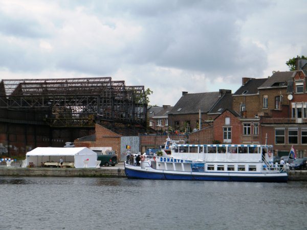 Nouveau à Namur:  le DONARYS (NL),  bateau-restaurant amarré au port du Bon Dieu, rue du Quai, 2 à Namur, à l'aval des ponts-rails du Luxembourg