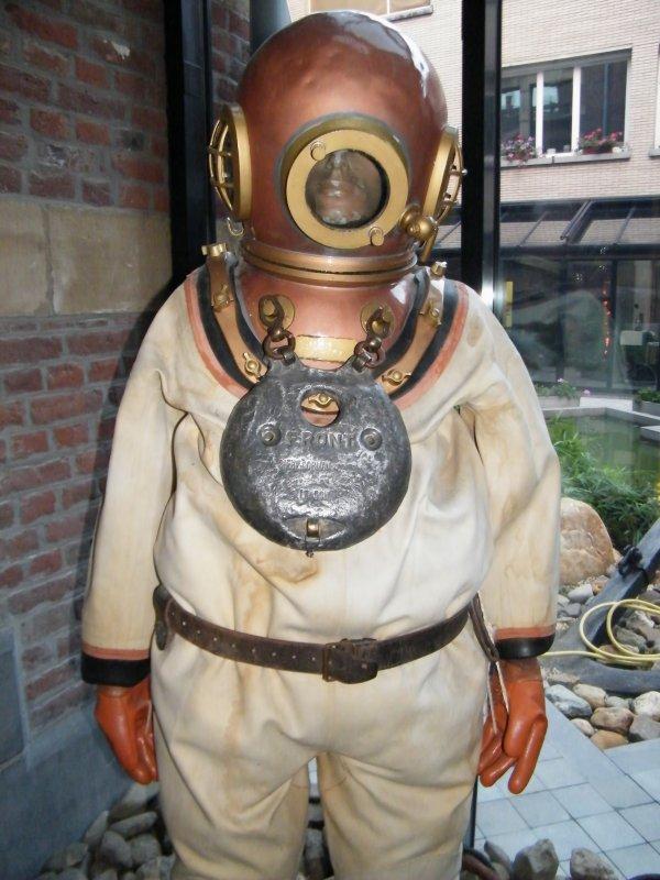 TURQUOISE (B) & CARAVELLE (B)  & un scaphandre à casque, aussi appelé scaphandre pieds lourds, exposé dans le hall de la D.P.V.N.I. à Liège