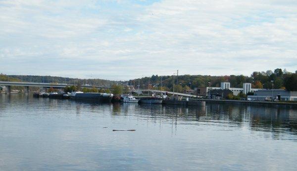 L'ÎLE DES GRANDS-MALADES et ses bateaux ( Sîte du Barrage-écluse et de la centrale hydroélectrique des Grands Malades à Jambes)