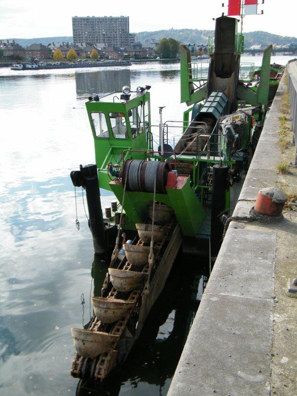 La drague BELGICA (B) Namur (Kalis Dragage sa) et les barges L29 & L30.