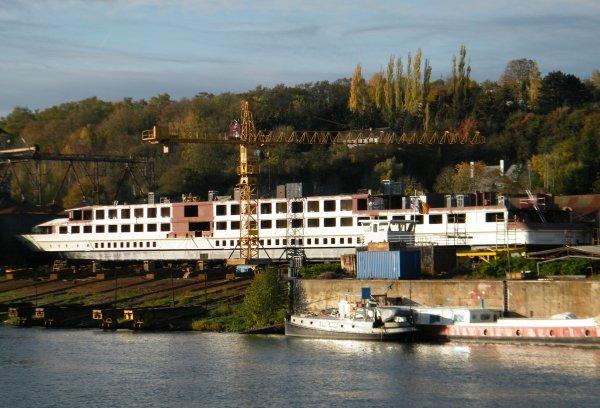 MEUSE & SAMBRE SA  Namur (Beez)  Construction en cours d'un bateau de croisière... Une spécialité du chantier naval namurois!