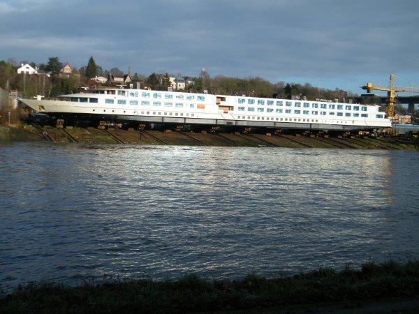 """Chantier naval """"MEUSE & SAMBRE"""" ,  La mise à l'eau du """"TOMI UNGERER"""" (110,00 m.x 11,00 m.), dernier né pour CroisiEurope, prévue ce 15 décembre, est reportée au 2 janvier 2012  -  APPEL A TEMOIN  > Affaires non classées"""" ce 16 décembre à 19h45 sur RTL TVI - TORDERA (NL)"""