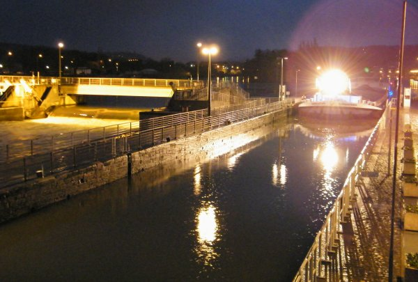 Manoeuvres nocturnes au barrage avant la prise de service à l'écluse ce 20 janvier 2012. - MELISSA (B), BELVONA (B), MALDEN (B), ANTARCTICA (NL), SABRINA (B)