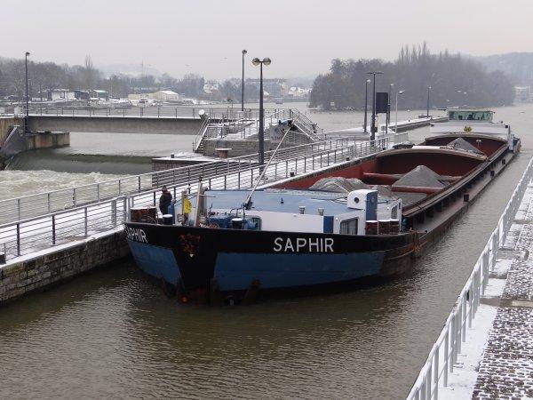 Namur sous un léger manteau blanc... KARIN (B), VERA (CZ), PAROLA (B), PALLIETER (B), MALDEN (B), SAPHIR (B), ILUSA (B),  parmi les bateaux de ce 31 janvier 2012.