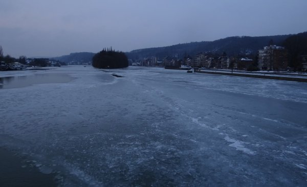 Les glaces provoquent la fermeture de l'écluse des 4 cheminées ... Le KARIN (B) fait demi-tour à Profondeville avant l'arrivée du dernier libéré du port de Givet, le CURSOR (B)