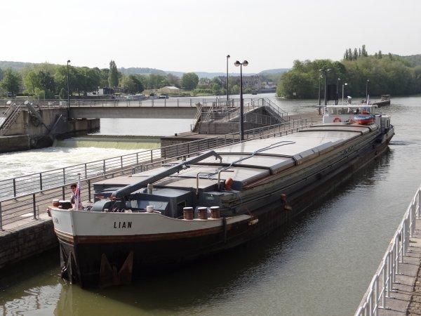 Ascension sur la Meuse namuroise.... - Extrait du trafic journalier (32):  KARIN (B), WARTA (F), LIAN (NL), ALADIN (B), ZWARTVIS (NL), JOSIANE (F), ZORRO (B), LEONARD (B), ELFI (B), POLLUX (B), CAYOR (F), CONCRET (F), ....