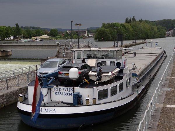 """Les """"LINSSEN"""" envahissent le quai Régiment Commando à Namur...  ;)   MON DESIR (NL), KLUNTJE (D), MAYANA (NL), ATHENA (B), BATTELLO (NL), STEFAN (D), LOMA (B), ALFA-MEA (NL), ILORIN (GB), GERARD KREMER (B), SAPHIR (B), ... parmi les 29 bateaux de ce 18 mai 2012."""