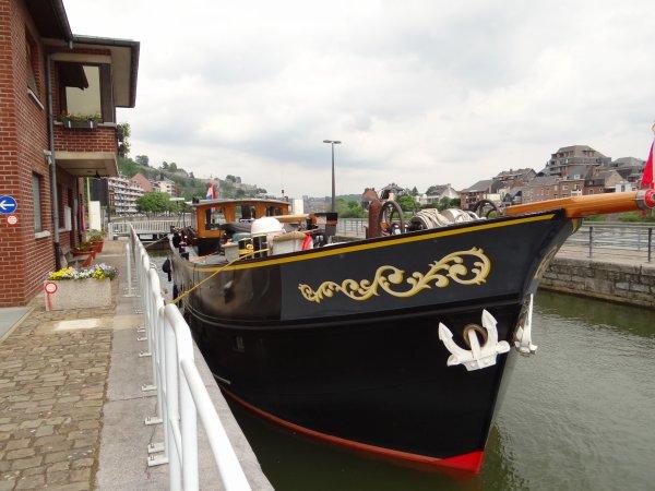 """Le superbe """"ELIZABETH"""" est de retour sur la Haute Meuse, destination le Midi, après une halte à Givet.."""